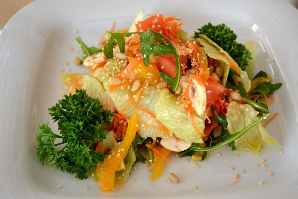 Салат овощной с кедровыми орехами ВиМарко